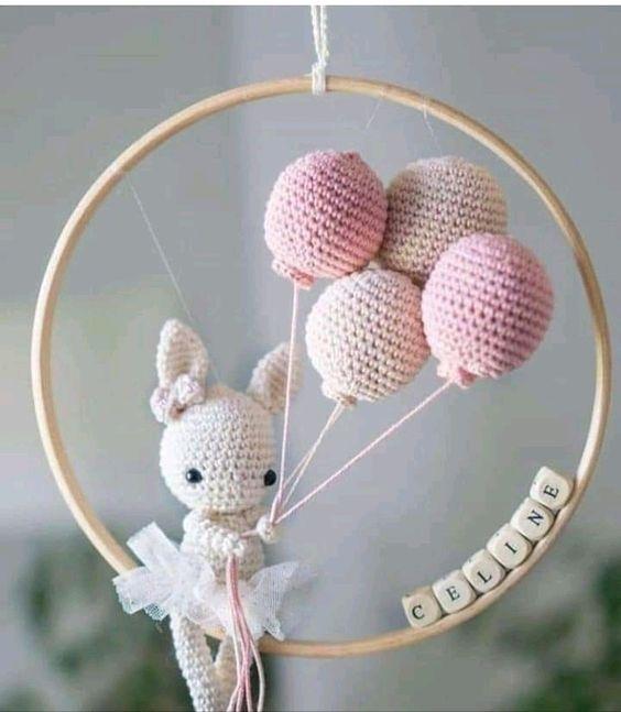 conejita en móvil en crochet